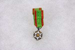 Ordensminiatur, Frankreich, 20. Jh., Miniatur zum Orden für Landwirtschaft, 14 Karat Gold, im Ring gepunzt, am Band.   H: 24 mm