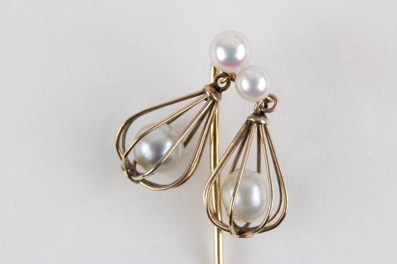 Krawattennadel,  Ende 19./Anf. 20. Jh., 585er Gold, nicht gestempelt, in zwei konisch gearbeiteten Körben bewegliche Perlen, als Abschluß ebenfalls 2 Perlen, sehr originell, Tragespuren. L: 6 cm,  Pin tie, gold, with pearls in baskets, good conditi...
