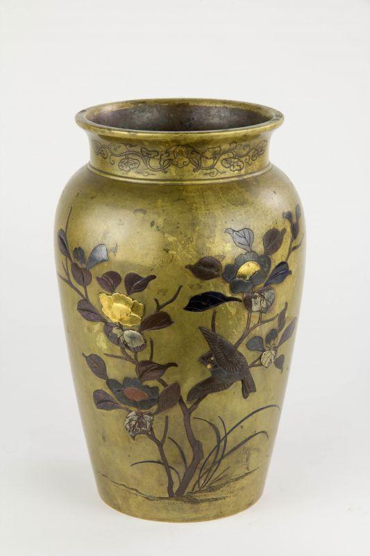 Vase,  Japan, Meiji-Zeit, Bronze, Korpus in Kebori und Iroe Takazogan-Technik gearbeitet, verziert mit blühenden Päonien mit Spatz auf der einen Seite und Gräsern mit Schmetterling auf der anderen Seite, Gebrauchsspuren mit Patina.  H: 25 cm 0