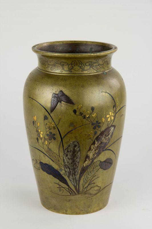 Vase,  Japan, Meiji-Zeit, Bronze, Korpus in Kebori und Iroe Takazogan-Technik gearbeitet, verziert mit blühenden Päonien mit Spatz auf der einen Seite und Gräsern mit Schmetterling auf der anderen Seite, Gebrauchsspuren mit Patina.  H: 25 cm 1