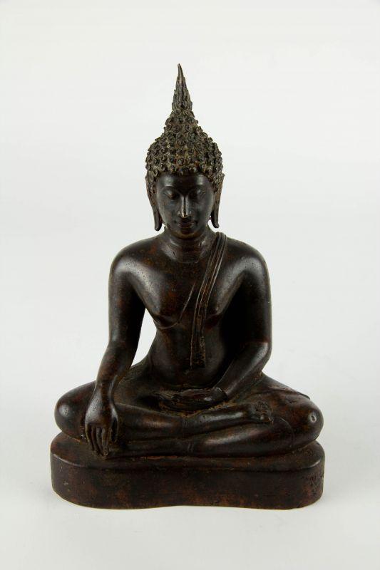 Figur, Thailand, 19. Jh., Kupferbronze mit Resten einer roten Kultbemalung, Buddha im Lotussitz auf Sockel. H: 20 cm