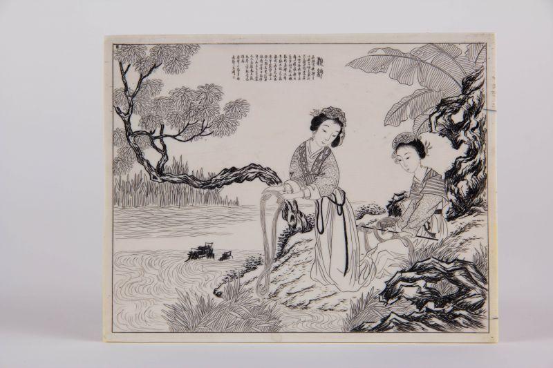 Plakette, China, erste Hälfte 20. Jh., auf Elfenbein Darstellung von 2 Frauen am Fluss Seide waschend, in Kupferstichmanier, Text, wohl Gedicht, sehr feine Qualität. H: 10 cm, B: 12,5 cm
