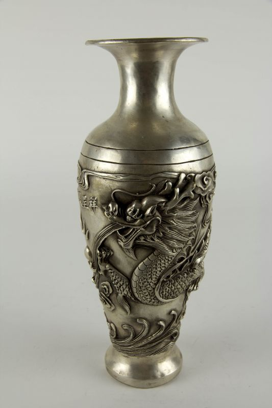 Vase, China, 20. Jh., Metall, Silberfarben, umlaufend mit plastisch aufgelegten Drachen und Schriftzeichen