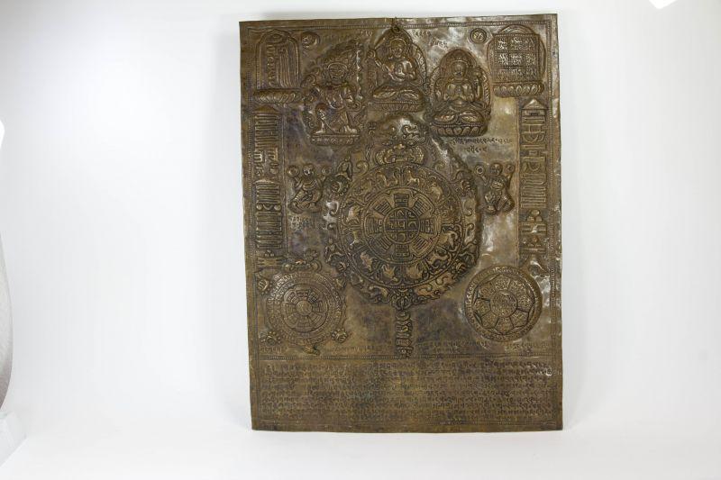 Schutzamulett, Tibet, 20. Jh., Kupfer geprägt und getrieben, Darstellung von Göttern, Tierkreiszeichen und magischen Zahlen, ausgesprochen groß, gepunzt, Gebrauchsspuren. H: 60 cm, B: 45 cm