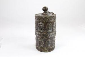 Deckelgefäß, China, 20. Jh., Kupfer, verziert aufgesetzten buddhistischen Symbolen, guter Zustand. H: 18 cm
