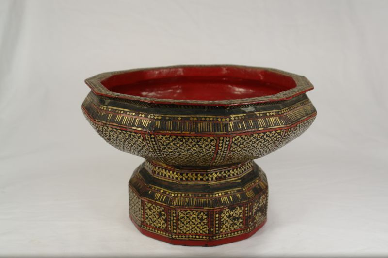 Schale, Indien, wohl Mitte 19. Jh., Holz, mit verschiedenen Lacken überzogen, mit vergoldeten Glasscheibchen verziert. H: 17 cm, D: 26 cm, 