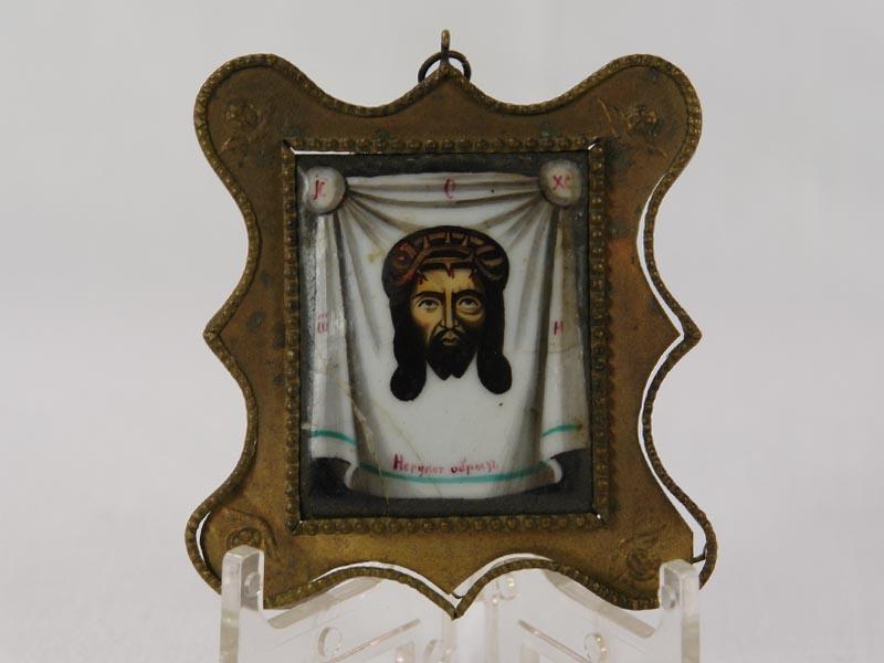 Ikone, Ende 19. Jh., Russland, Darstellung des Kopfes von Jesus auf weißem Tuch in Emaillemalerei, mehrere Risse in der Emaille, geschwungener Messingrahmen, Gebrauchsspuren.