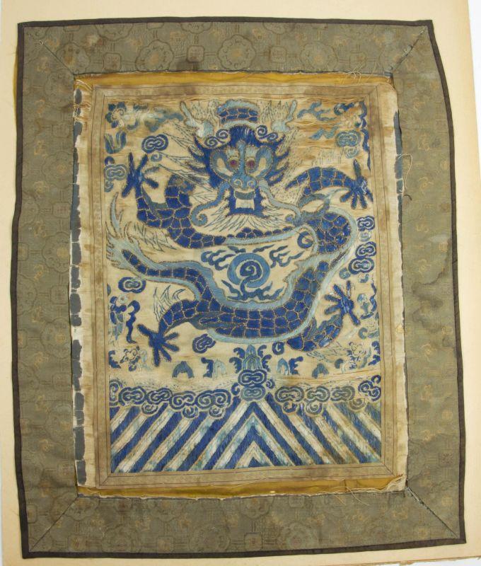Buzi, China, 18./19. Jh., Qing Dynastie (wurde von den Mandschu unter Nurhaci begründet, herrschte ab 1644 und endete nach der Xinhai-Revolution von 1911 mit der Ausrufung der Republik China am 1. Januar 1912), Rangabzeichen, in Form eines Drachens, st...