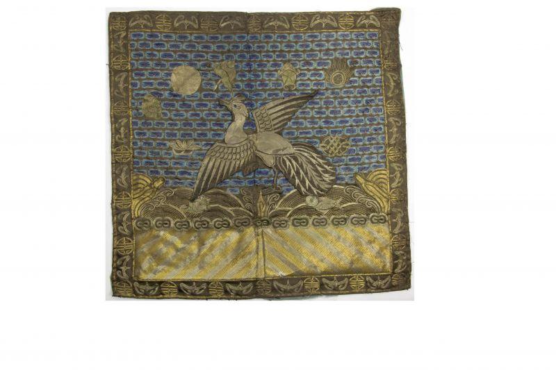 2 Buzi, China, um 1900, Gangxu Periode, Gold- und Silberfäden Stickerei, Gebrauchsspuren