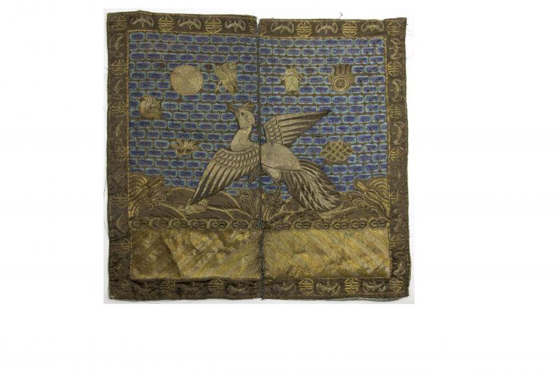 2 Buzi, China, um 1900, Gangxu Periode, Gold- und Silberfäden Stickerei, Gebrauchsspuren 2