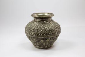 Vase,  wohl Tibet, um 1900, Weißmetall, verziert mit Ornamenten und Drachen, guter Zustand.   H: 12,5 cm,  Vase, probably Tibet, metal, decorated with dragons