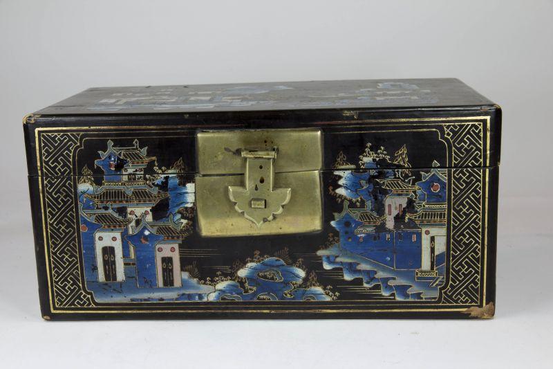 Holzkästchen, China, 19. Jh./20. Jh., mit Leinen bezogen, schwarz grundiert und mit feiner Landschaftsmalerei verziert, Deckel defekt, Gebrauchsspuren.H: 16 cm, B: 35 cm, T: 18 cm