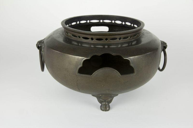 Fūro, Japan, Edo/Meiji Periode, Fūro (bewegliches Kohlebecken), Bronze, mit Silbereinlagen, ausgefallen und selten, Gebrauchsspuren. D: 30 cm, H: 21 cm 2