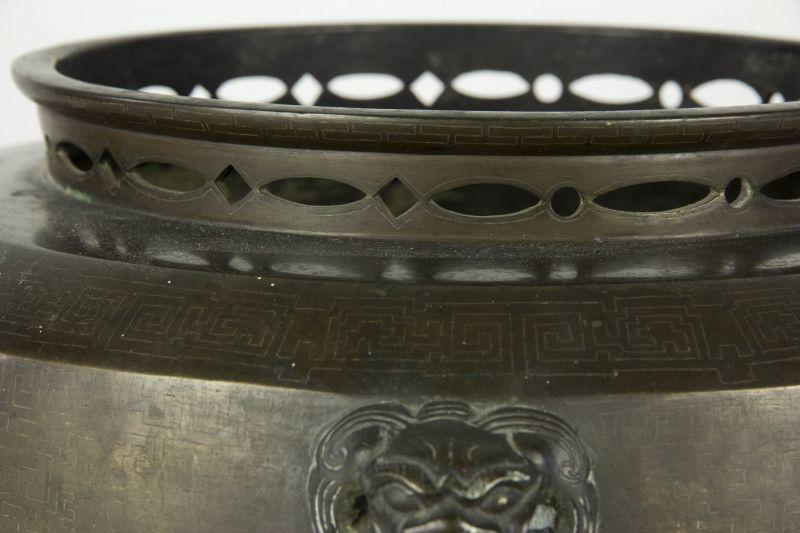 Fūro, Japan, Edo/Meiji Periode, Fūro (bewegliches Kohlebecken), Bronze, mit Silbereinlagen, ausgefallen und selten, Gebrauchsspuren. D: 30 cm, H: 21 cm 4