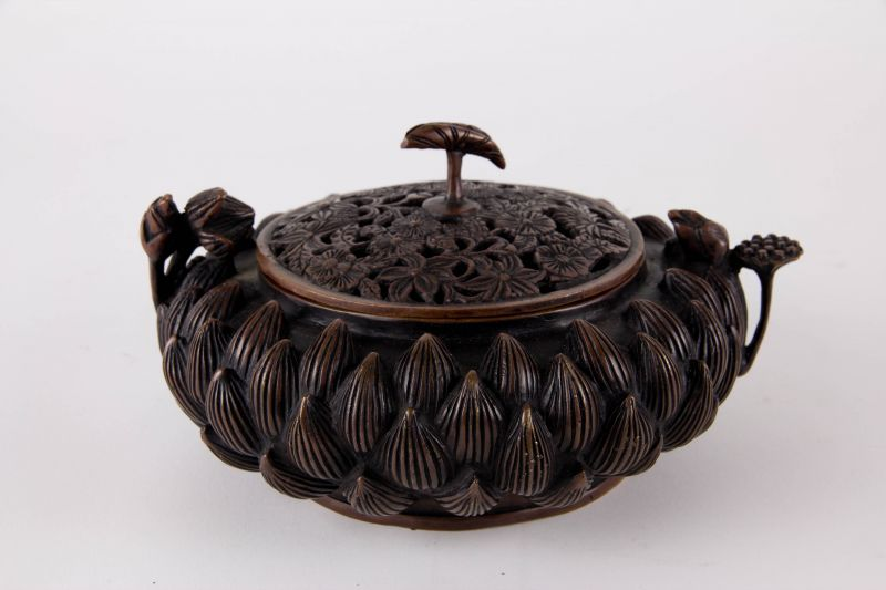 Räucherschale, China, 20. Jh., Kupferbronze in Form einer Lotosblüte, Deckel durchbrochen gearbeitet, guter Zustand.    H: 10 cm, D: 17 cm, 