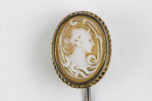 Krawattennadel, Schweden, 20. Jh., 18 Karat Gold gestempelt, Gemme, guter gebrauchter Zustand.   L: 6,5 cm