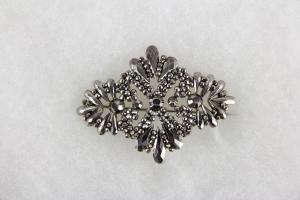 Brosche,  wohl England, Anf. 19. Jh., Stahl, Tragespuren.   L: 5,5 cm,   