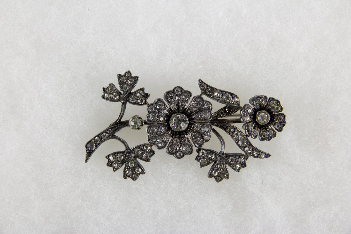 Schwere Brosche,  Mitte 20. Jh., 935er Silber, gestempelt, in Form eines Blütenzweiges, besetzt mit farblosen Steinen, schöne Verarbeitung und Qualität, Gebrauchsspuren.  L: 6,2 cm,   Brooch, 20th century, 935er silver, marked, in shape of a flower, c...