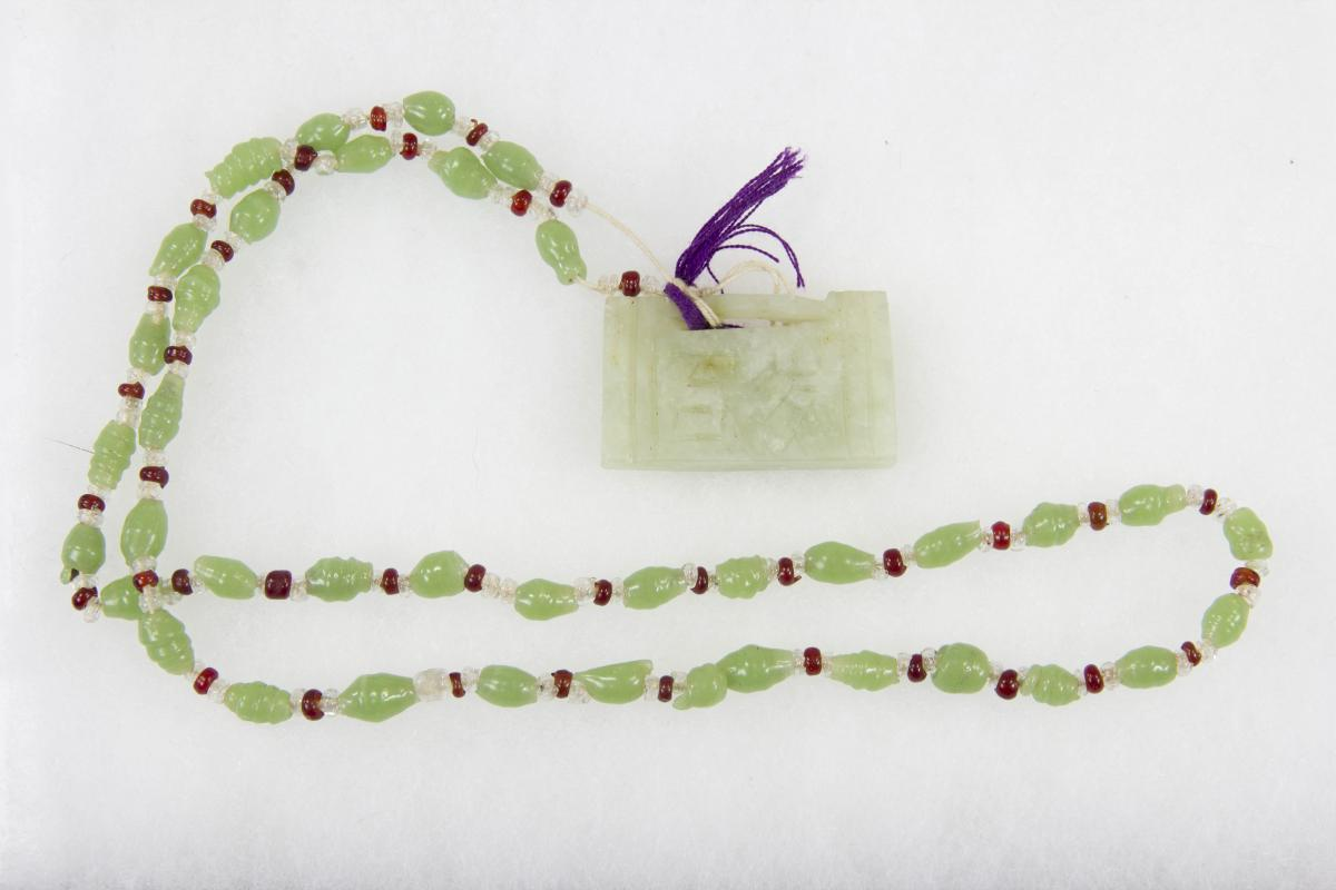 Kette, China, Anf. 20. Jh., grüne und rote Glasperlen, Jadeanhänger. L: 32 cm, 