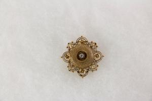 Brosche,  Ende 19. Jh., 585er Gold, ungestempelt, im Neo Renaissance-Stil, in der Mitte ein Alt-Schliff Diamant, sehr feine Juwelierarbeit, Verschluss fehlt, Gebrauchsspuren. 36 mm x 36 mm, 5,8 g