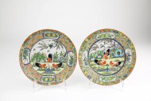 Paar Teller, China, Anf. 20. Jh., im Spiegel jeweils 3 Hähne, Fahne mit Ornamenten verziert, handgemalt, unbeschädigt, Gebrauchsspuren. D: 15 cm.