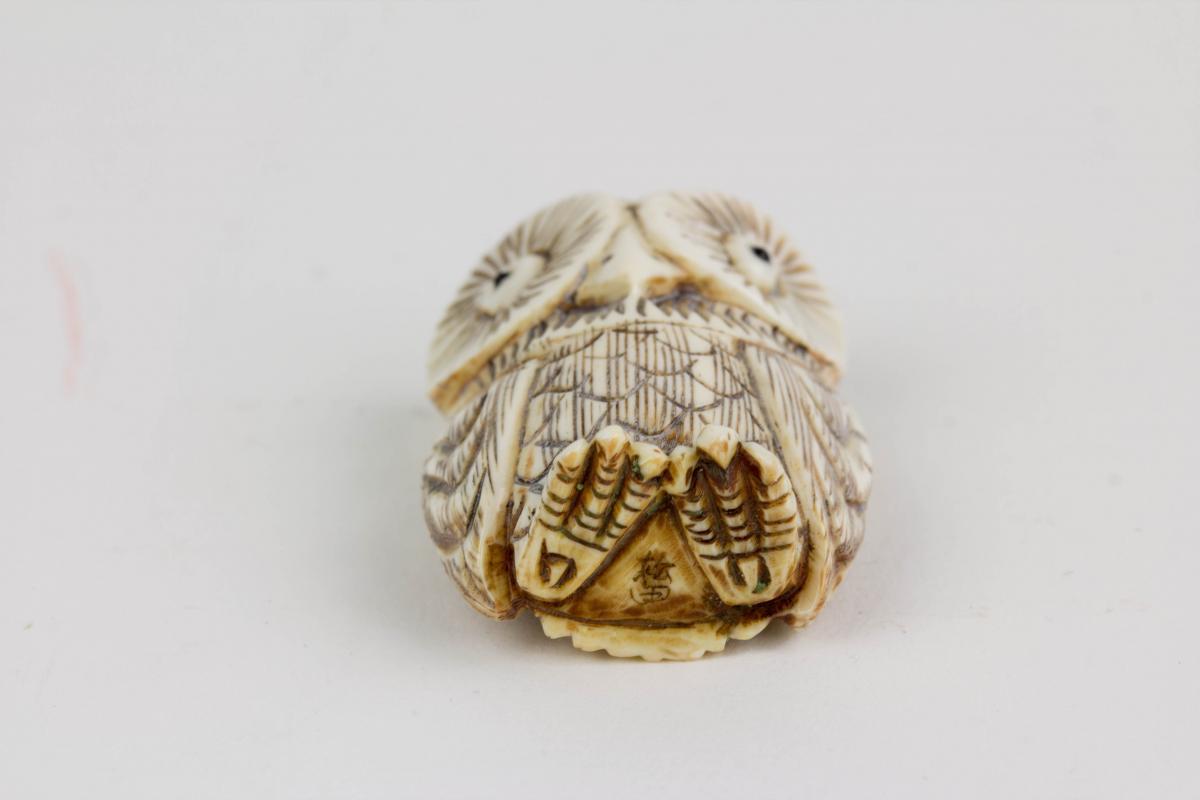 Netsuke, Japan, Anf. 20. Jh., Bein, Eule, schwarz abgesetzt, signiert, Gebrauchsspuren, H: 4 cm. 3