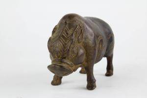 Figur, Java, Indonesien, im Stil des 14. Jh., Bronze, Schwein, feiner Guss mit Patina. H: 11 cm, L: 16 cm.