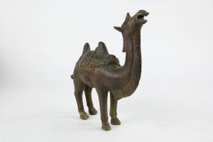 Figur, China, 2o. Jh., im Ming-Stil, Bronze, Kamel, feiner Guss und Patina. H: 19 cm.
