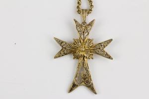Kette mit Kreuz, Ende 19. Jh., Silber vergoldet, Kreuz an Silber vergoldeter Kordelkette, unterer Kreuzarm rückseitig stärker beschädigt. Kreuz: 6 cm x 4 cm, Kettenlänge: 49 cm.