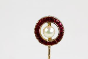 Krawattennadel, 20. Jh., 585er Gold, ungestempelt, Ring mit Rubinen besetzt, in Mitte Perle, sehr elegant, L: 6 cm, 1,6 g.