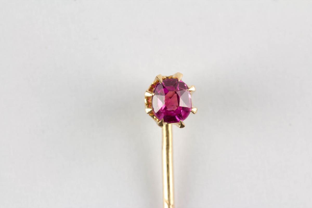 um 1900, 585er Gold, gestempelt, gefasster Rubin. L: 5 cm.  Tie pin, Gold, marked, ruby. L: 5 cm. 0