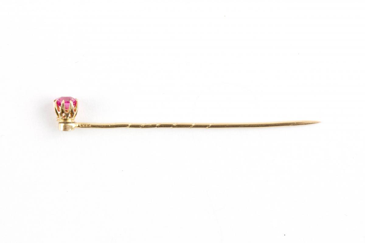 um 1900, 585er Gold, gestempelt, gefasster Rubin. L: 5 cm.  Tie pin, Gold, marked, ruby. L: 5 cm. 1