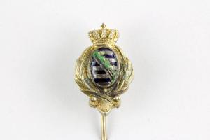 Krawattennadel, um 1900, Silber vergoldet, emailliertes, sächsisches Wappen, flankiert von Palmzweigen und bekrönt, rückseitig Polnisch-Litauisches Wappen, rechter Palmzweig beschädigt. L: 5,5 cm.