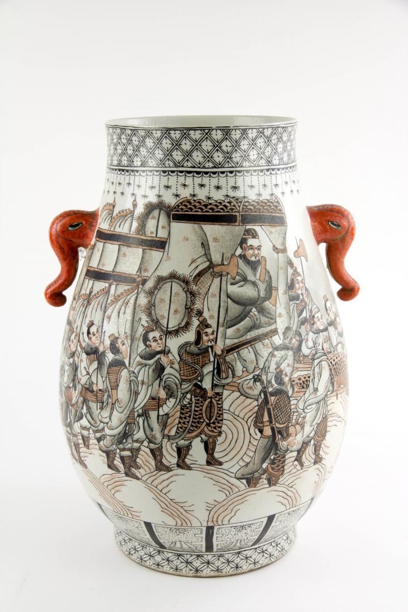 Vase, China, erste Hälfte 20. Jh., verziert mit mythologischer Drachendarstellung in rot-schwarzer Malerei, rote Handhaben in Firm von Elefantenköpfen, unbeschädigt. H: 37 cm. 0
