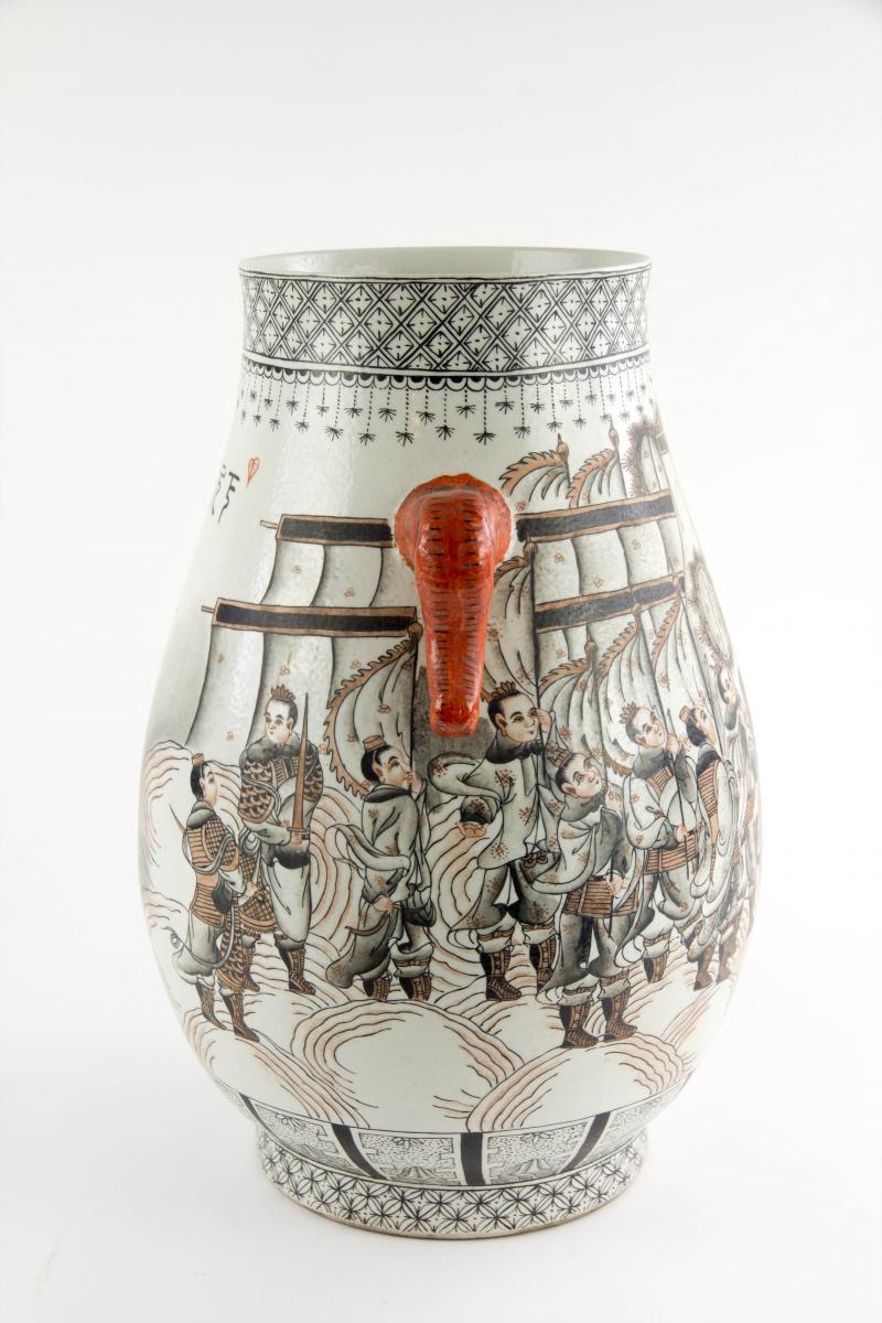 Vase, China, erste Hälfte 20. Jh., verziert mit mythologischer Drachendarstellung in rot-schwarzer Malerei, rote Handhaben in Firm von Elefantenköpfen, unbeschädigt. H: 37 cm. 1