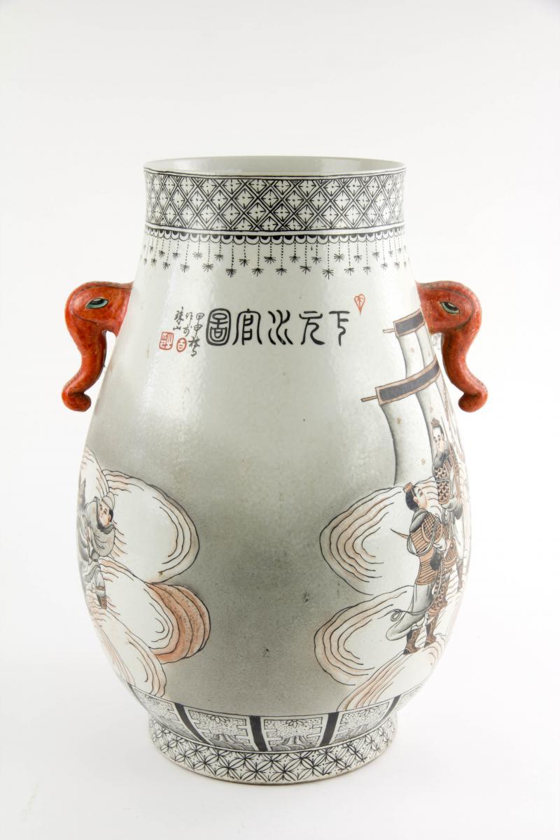 Vase, China, erste Hälfte 20. Jh., verziert mit mythologischer Drachendarstellung in rot-schwarzer Malerei, rote Handhaben in Firm von Elefantenköpfen, unbeschädigt. H: 37 cm. 2