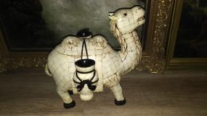Antikes Kamel, Beinarbeit auf Schwarzholz. Palästina um 1900 Sehr dekorative