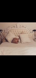 Massivholzbett 180x200cm Barockbett/Vintage Doppelbett / Kingsize antik mit auswendigem Kopfteil.