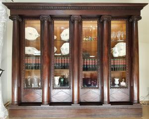 Ein wunderschöner alter Säulenschrank aus der Gründerzeit.