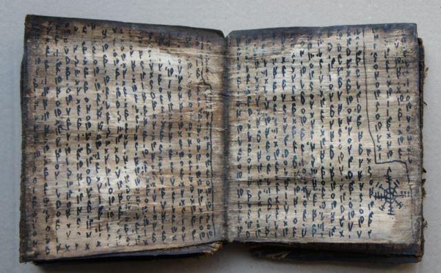 Original handschriftliches Zauber oder Weissagungbuch der Batak auf Baumrinde. Zauberspruch oder Rezeptbuch (Pustaha) (Batak. Zentralsumatra).