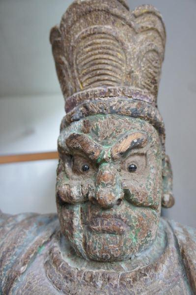 Gruppe von 8 großen Tempelwächtern aus Holz. China nach Art der Ming-Dynastie. Mit Resten von alten Farbpigmenten und diversen Beschädigungen an Extremitäten. Sehr dekorativ, als Gruppe von 8 Figuren sehr selten. 0