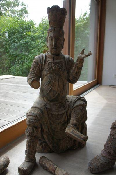 Gruppe von 8 großen Tempelwächtern aus Holz. China nach Art der Ming-Dynastie. Mit Resten von alten Farbpigmenten und diversen Beschädigungen an Extremitäten. Sehr dekorativ, als Gruppe von 8 Figuren sehr selten. 2