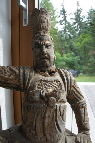 Gruppe von 8 großen Tempelwächtern aus Holz. China nach Art der Ming-Dynastie. Mit Resten von alten Farbpigmenten und diversen Beschädigungen an Extremitäten. Sehr dekorativ, als Gruppe von 8 Figuren sehr selten. 3