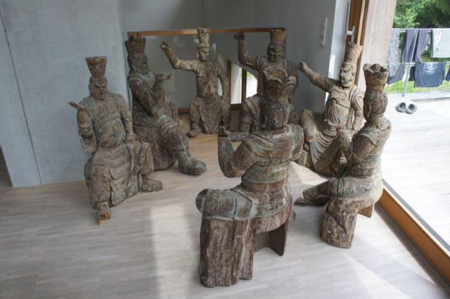 Gruppe von 8 großen Tempelwächtern aus Holz. China nach Art der Ming-Dynastie. Mit Resten von alten Farbpigmenten und diversen Beschädigungen an Extremitäten. Sehr dekorativ, als Gruppe von 8 Figuren sehr selten. 4