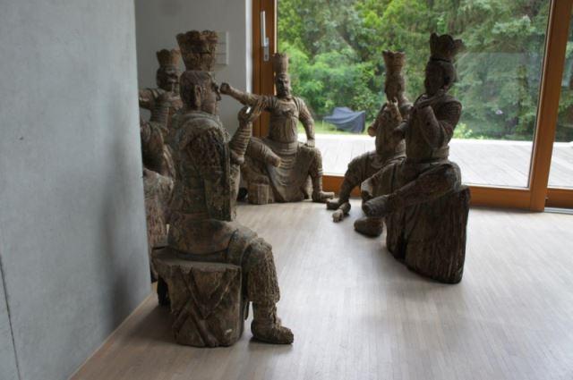 Gruppe von 8 großen Tempelwächtern aus Holz. China nach Art der Ming-Dynastie. Mit Resten von alten Farbpigmenten und diversen Beschädigungen an Extremitäten. Sehr dekorativ, als Gruppe von 8 Figuren sehr selten. 5