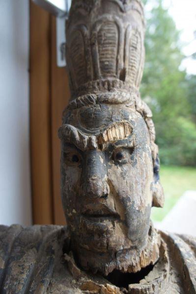 Gruppe von 8 großen Tempelwächtern aus Holz. China nach Art der Ming-Dynastie. Mit Resten von alten Farbpigmenten und diversen Beschädigungen an Extremitäten. Sehr dekorativ, als Gruppe von 8 Figuren sehr selten. 6