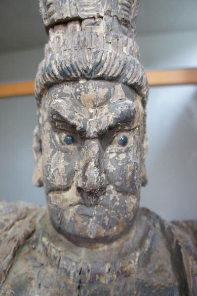Gruppe von 8 großen Tempelwächtern aus Holz. China nach Art der Ming-Dynastie. Mit Resten von alten Farbpigmenten und diversen Beschädigungen an Extremitäten. Sehr dekorativ, als Gruppe von 8 Figuren sehr selten. 7