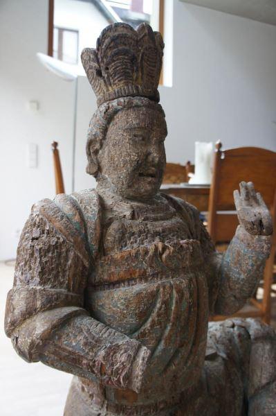 Gruppe von 8 großen Tempelwächtern aus Holz. China nach Art der Ming-Dynastie. Mit Resten von alten Farbpigmenten und diversen Beschädigungen an Extremitäten. Sehr dekorativ, als Gruppe von 8 Figuren sehr selten. 8
