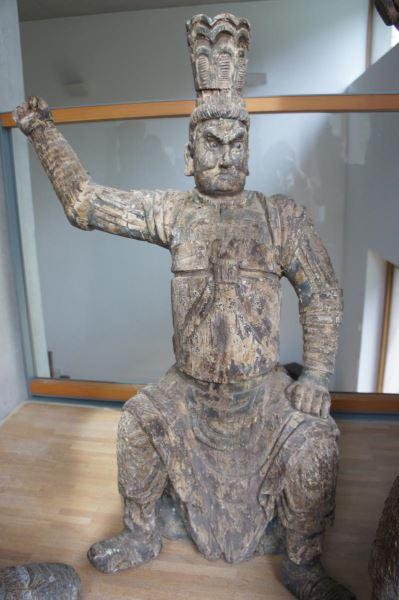 Gruppe von 8 großen Tempelwächtern aus Holz. China nach Art der Ming-Dynastie. Mit Resten von alten Farbpigmenten und diversen Beschädigungen an Extremitäten. Sehr dekorativ, als Gruppe von 8 Figuren sehr selten. 9