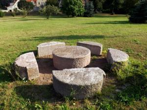 Mühlstein Sitzgruppe Naturstein Sandstein antik Säulen Garten Skulptur Unikat Dekoration